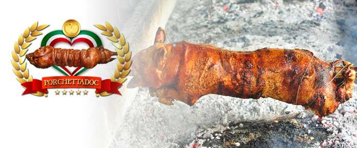 Una porchetta cotta su brace nelle filippine
