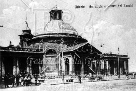 Una rara cartolina d'epoca con la piazza di Ariccia e la Collegiata dell'Assunta