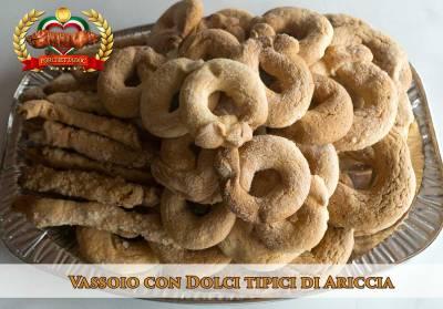 Vassoio con dolci tipici ariccini, ideale per concludere il pasto della fraschetta a casa tua!