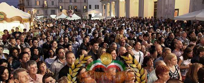Sagra-Porchetta-Ariccia la gente sotto il palco Sagra della porchetta di Ariccia 2020