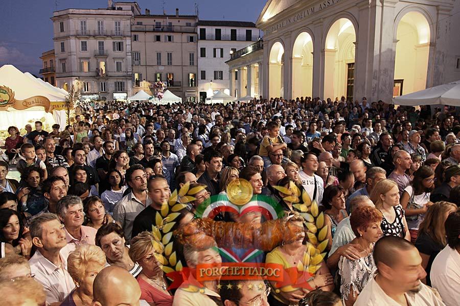 Sagra-Porchetta-Ariccia la gente sotto il palco